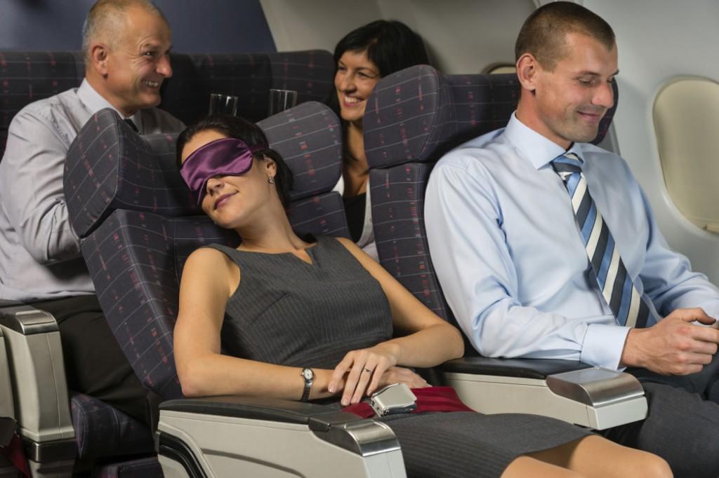 Bawa serta penyumbat telinga, penutup mata, serta bantalan leher supaya Anda dapat tidur dengan nyaman